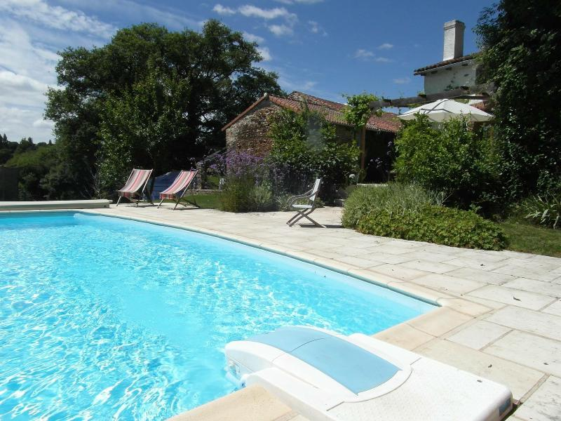 Newly renovated rural  gite, shared used of pool, vacation rental in La Croix-sur-Gartempe