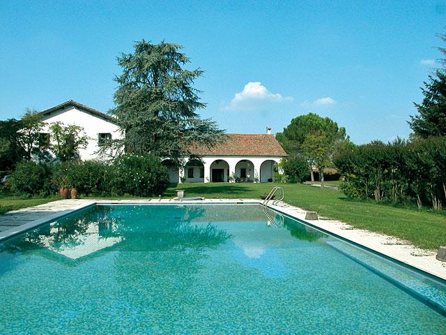 Abano Terme Holiday Home Sleeps 12 with Pool Air Con and WiFi - 5227008, holiday rental in Abano Terme