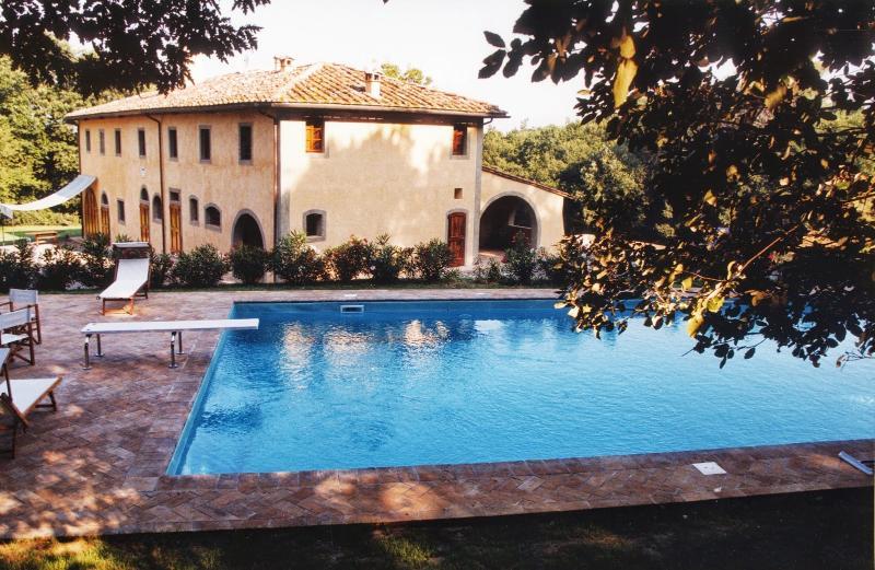 Molino del Roglio Villa Sleeps 14 with Pool Air Con and WiFi - 5226851, vacation rental in La Capannina