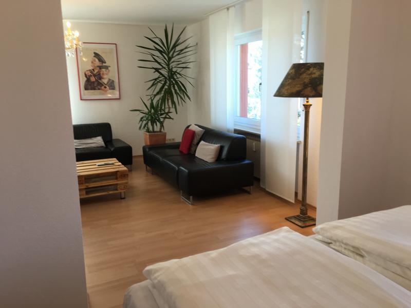 Blick vom Schlafbereich ins Wohnzimmer
