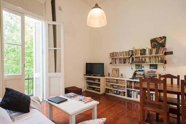 Sala: tv, biblioteca, desayunador. Rélax.