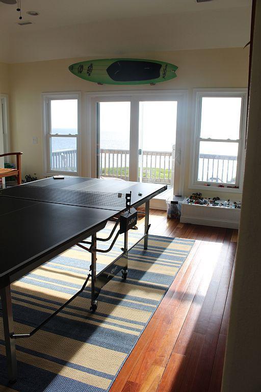 habitación en la planta superior juego con un televisor de pantalla plana, minibar, nevera de vinos y la cubierta lateral de sonido puesta del sol.