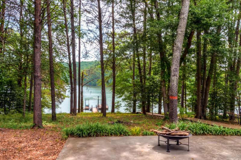 Profitez d'une vue directe sur le lac Hartwell de tous les 3 niveaux de la maison