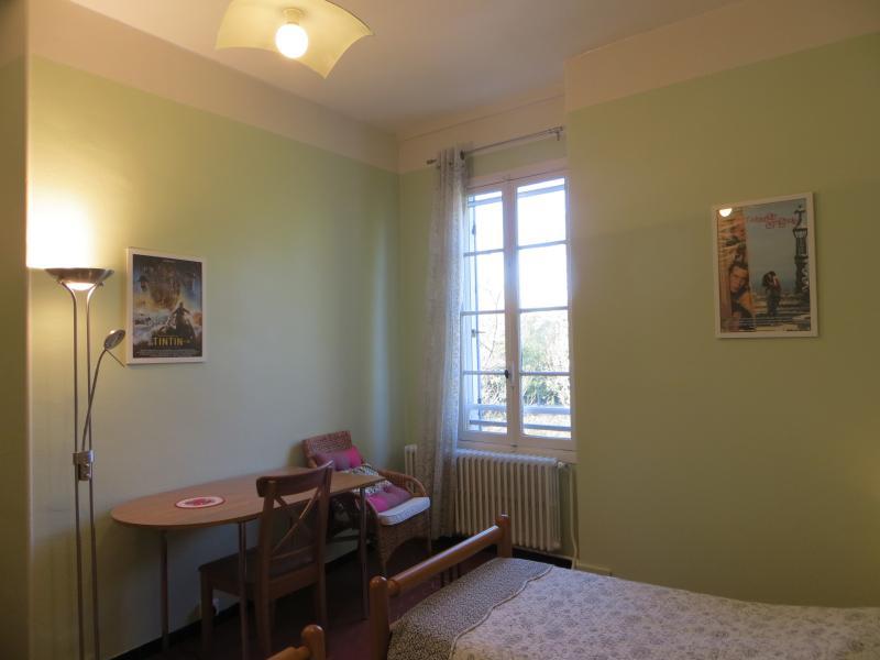 La chambre verveine. La fenêtre donne sur la rivière Ouvèze.