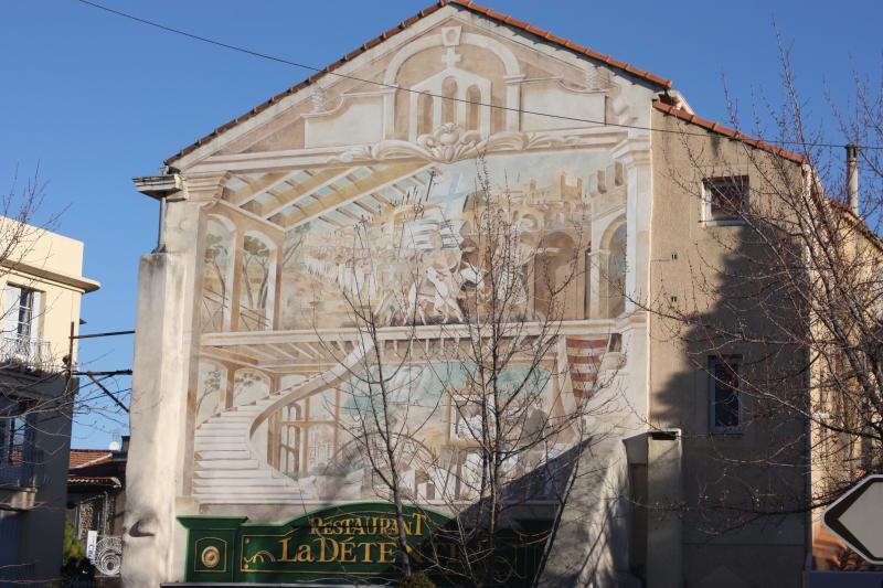 Au centre de Sorgues, une fresque murale rappelle quelques-uns des grands moments de la ville.