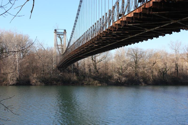 Un ancien pont sur le Rhône, but de promenades à proximité de la maison, vers l'île de l'Oiselay.