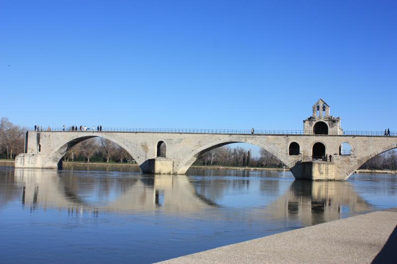 Bien sûr, à quelques kilomètres, Avignon et son célèbre pont.