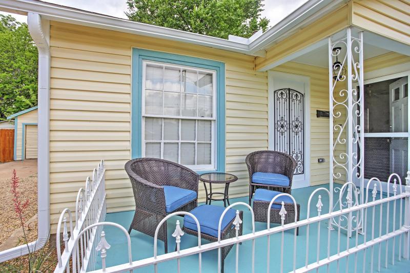 Relaxe na varanda da frente sedutor.