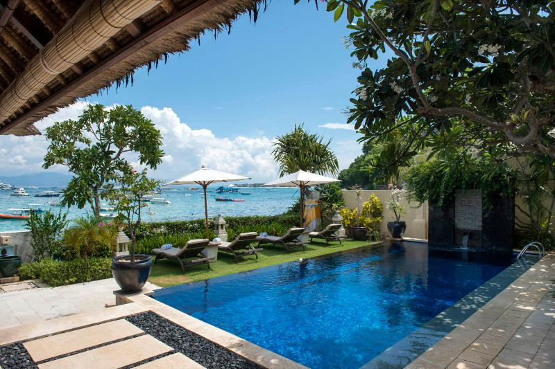 Celagi Villa right on the beach at Tamarind Bay, vacation rental in Ped