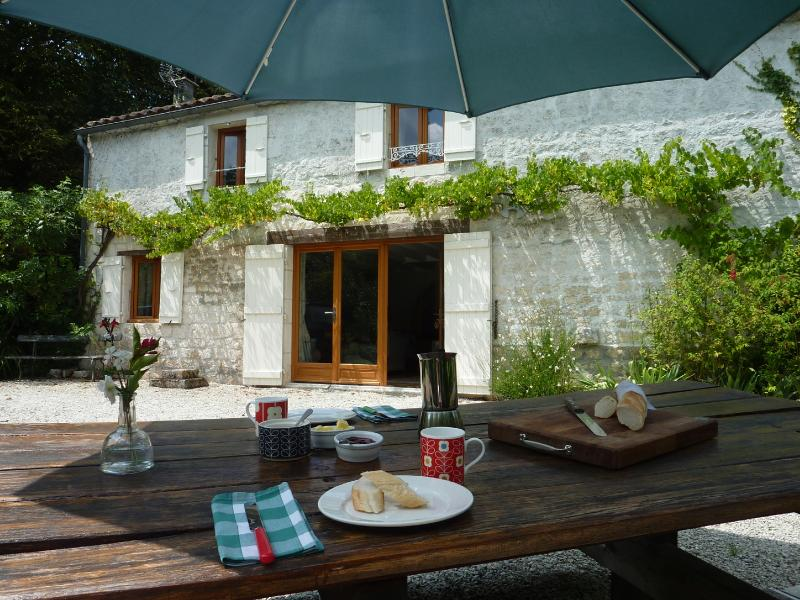 La Petite Bergerie - 2 bedroom gite - shared pool, holiday rental in Saint-Savinien