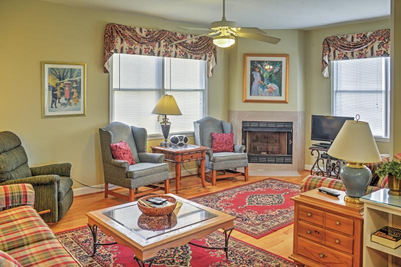 Relájese con sus seres queridos mientras se estira y se relaja a través de los 3200 pies cuadrados de espacio de estar elegantemente decorado.