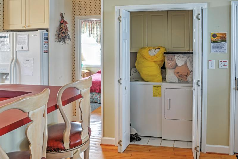 Disfrute de máquinas de lavandería en el apartamento para lavar toda la arena de Carolina del Sur de sus toallas de playa.
