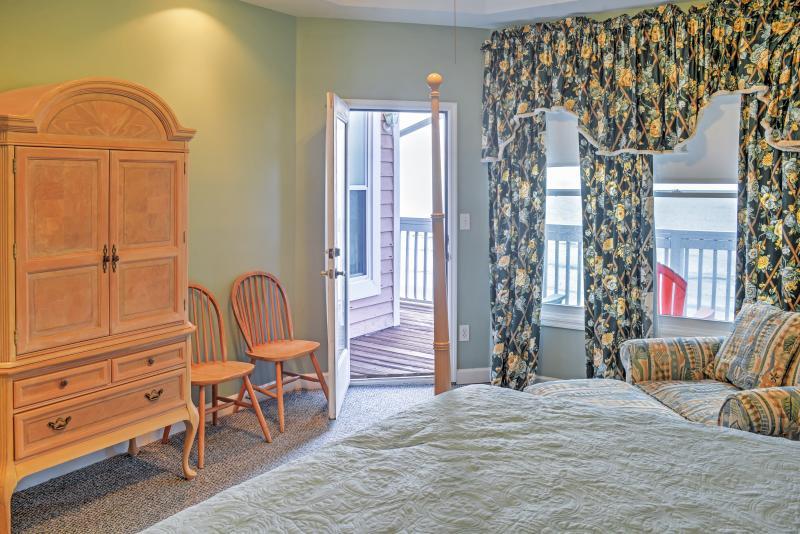 La impresionante Master Suite lleva a un balcón privado.