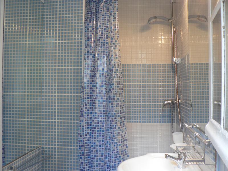 la salle eau- douche the bathroom- shower