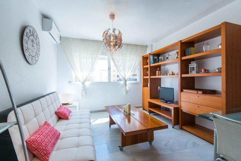 Bonito apartamento en el centro, internet WiFi.., holiday rental in Torremolinos