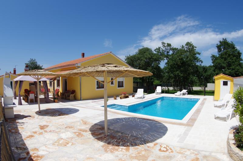 Holiday house with 4 bedrooms and private pool, holiday rental in Bibici