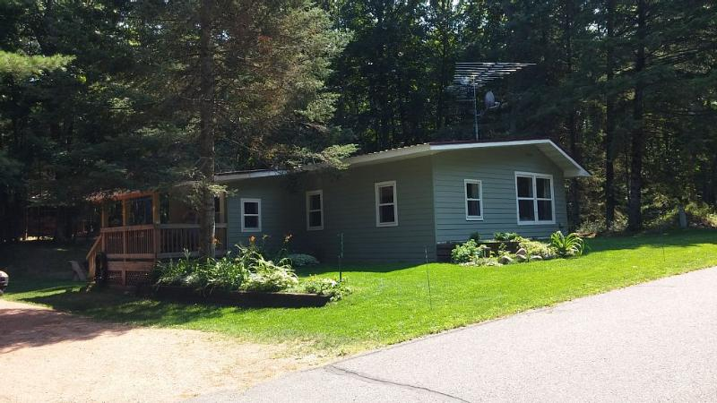 Private Cozy Year Round Cabin, holiday rental in Arbor Vitae