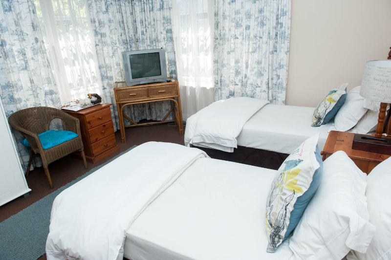 Blue bedroom. This bedroom is equipped with 2 single beds.