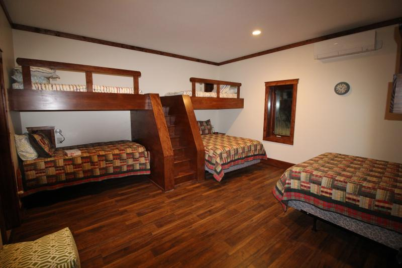 The Girls Basement Bunk room - 2 Queen beds and 4 Twin beds, attached bathroom.
