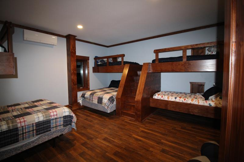 The Boys Basement Bunk room - 2 Queen beds and 4 Twin beds, attached bathroom.