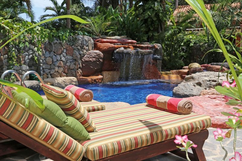 Siesta en el spa oasis con el tranquilizante sonidos de la caída de agua.