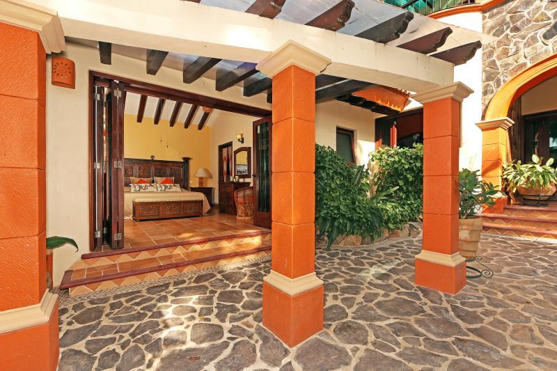 Despertar o ir a dormir con un patio patio privado y el ambiente tropical.