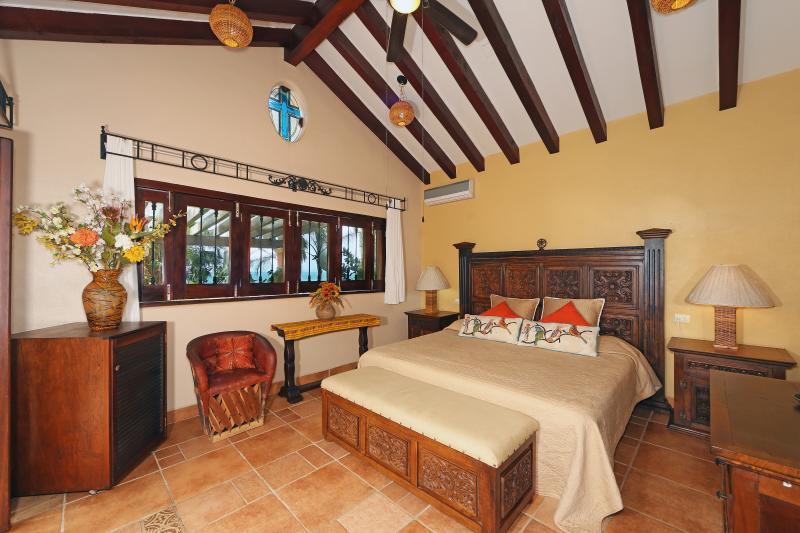 decoración estilo mexicano con Vegas y AC / ventilador de techo para la comodidad personal adicional.