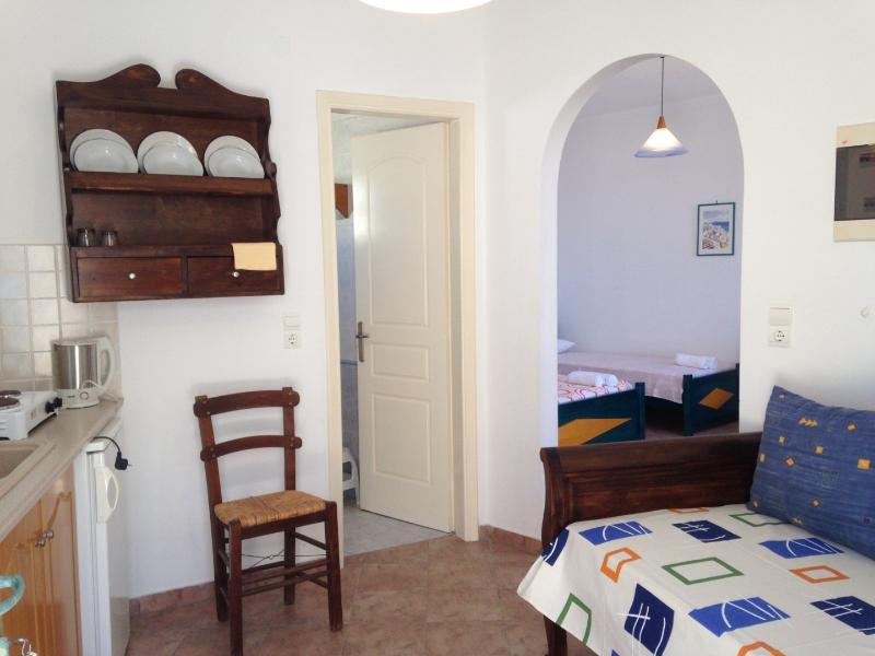 Santorini Flower covered nice Apartment, vakantiewoning in Athinios