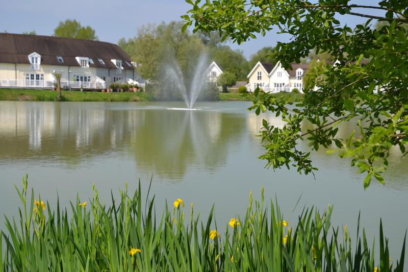 Lovely lakeside cottage in the Cotswold Waterparks, vacation rental in South Cerney