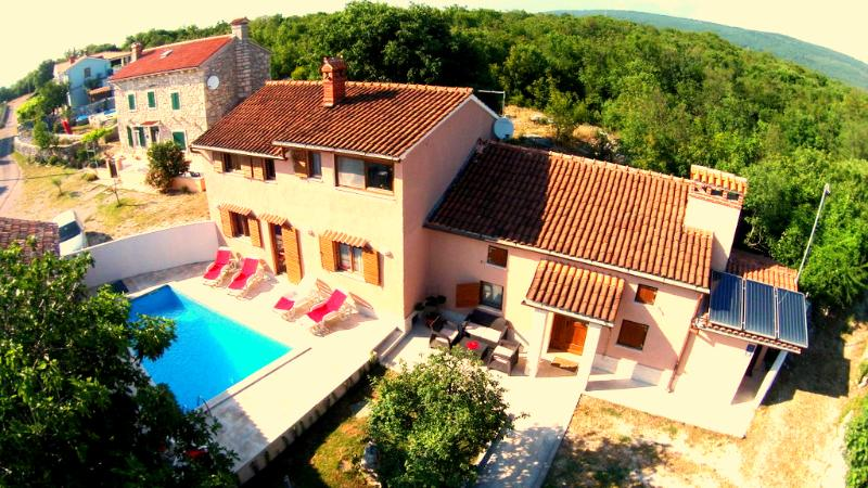Villa for 8 with 4 BR, 5 BA, private Pool, Sauna, Gym&Whirlpool, alquiler vacacional en Labin