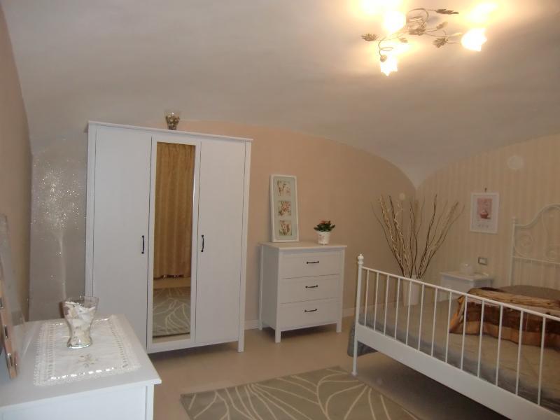 Appartamento indipendente nuovissimo in centro, location de vacances à Casoria