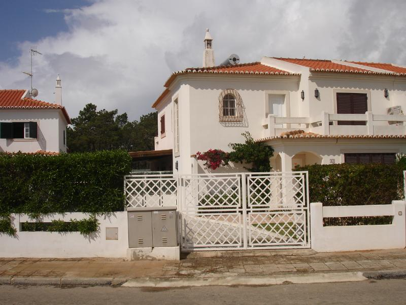 Lovely 4 bed 3 bath house. Pool. walking to beach., alquiler vacacional en Sao Bartolomeu