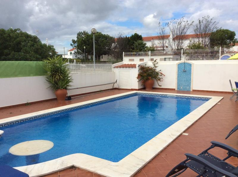 5 bed 4 bath house. large pool.walk to beach, alquiler vacacional en Sao Bartolomeu