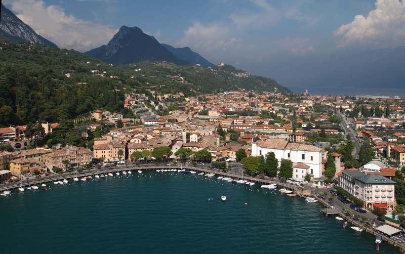 Panorama di Toscolano -Maderno. il porto e il lungo lago del Garda.
