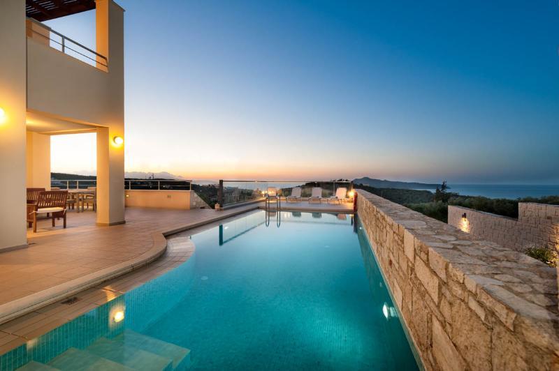 GiAnna 5bd + Attic Luxury Villa, location de vacances à Agia Marina