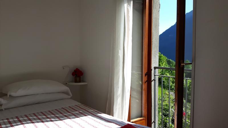 Romantico tipico appartamento  ideale per coppie, holiday rental in Veleso