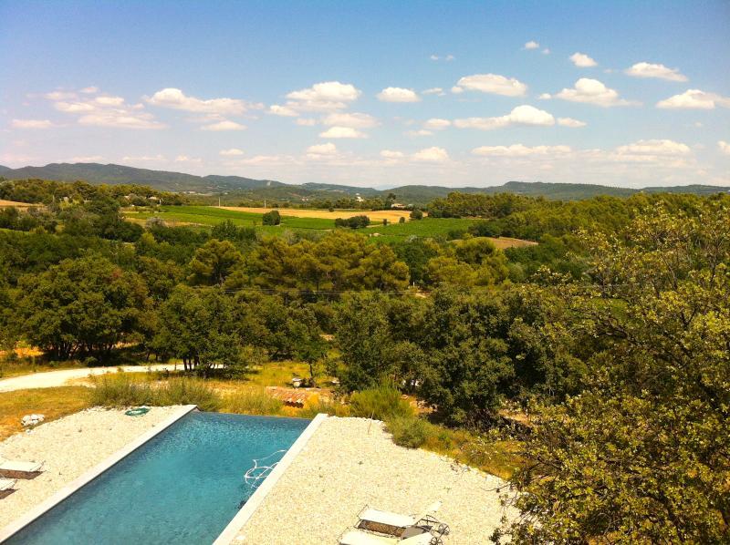 La piscine à débordement privée 11 x 5, vue sur le Petit Luberon