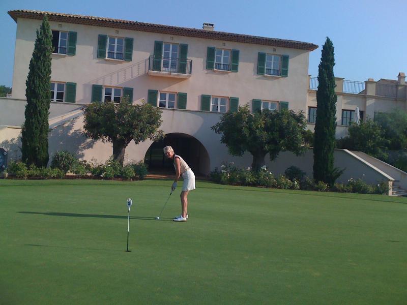 St Tropez Home with Private golf +tennis,pool etc, location de vacances à Gassin