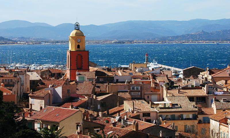 St Tropez mit seinen Restaurants, Bars, Boutiquen, Gin Palästen und Nachtclubs in nur 10 Minuten mit dem Auto