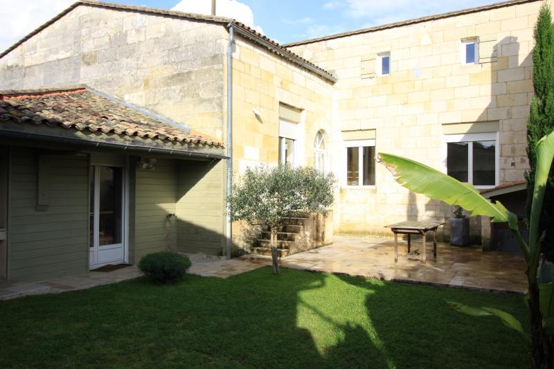 maison proche de SAINT EMILION et BORDEAUX, aluguéis de temporada em Saint-Emilion