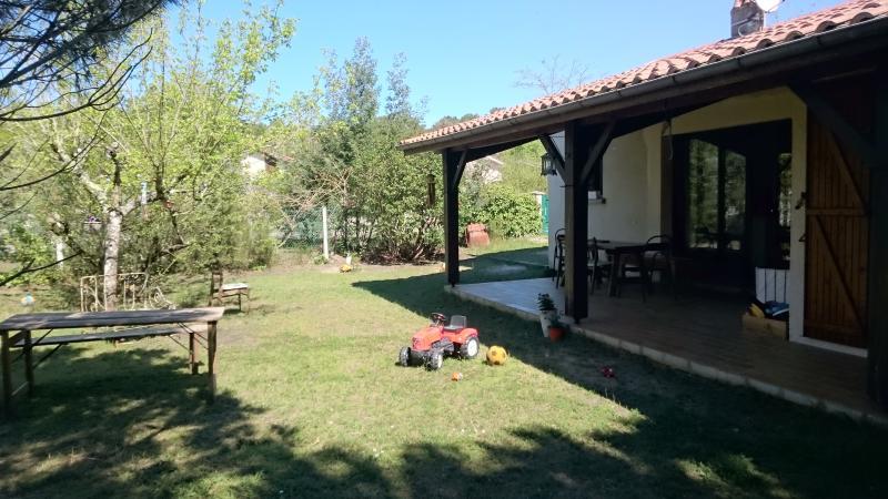 Terrasse couverte et barbecue