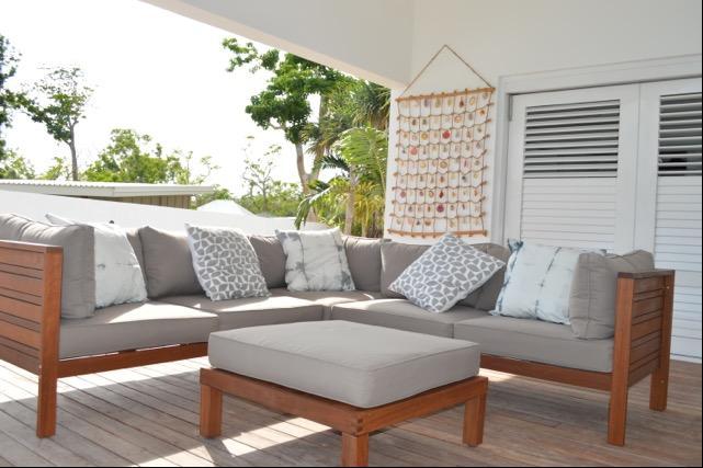 Cubierta vida casual. área cubierta al aire libre con vistas al puerto sensacionales