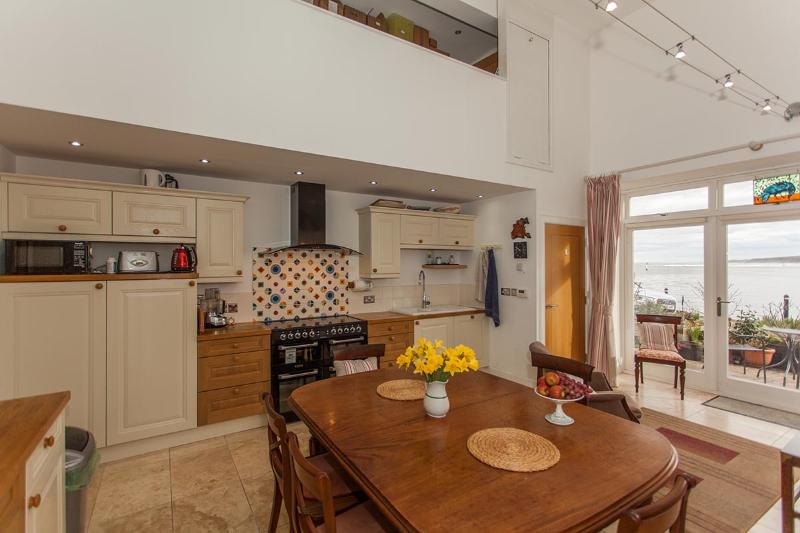 Range cooker and country-style fitted kitchen