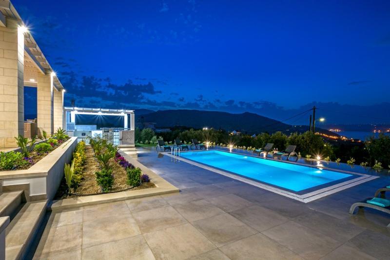 Amazing 4bdrm luxurious villa,large pool,seaviews, holiday rental in Apokoronas