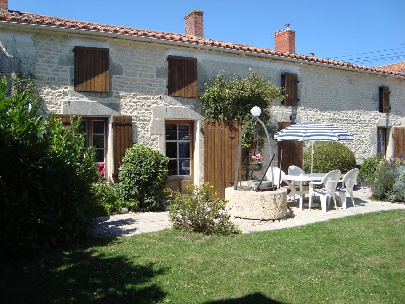 Beautifully renovated farmhouse near La Rochelle, location de vacances à Ardillieres