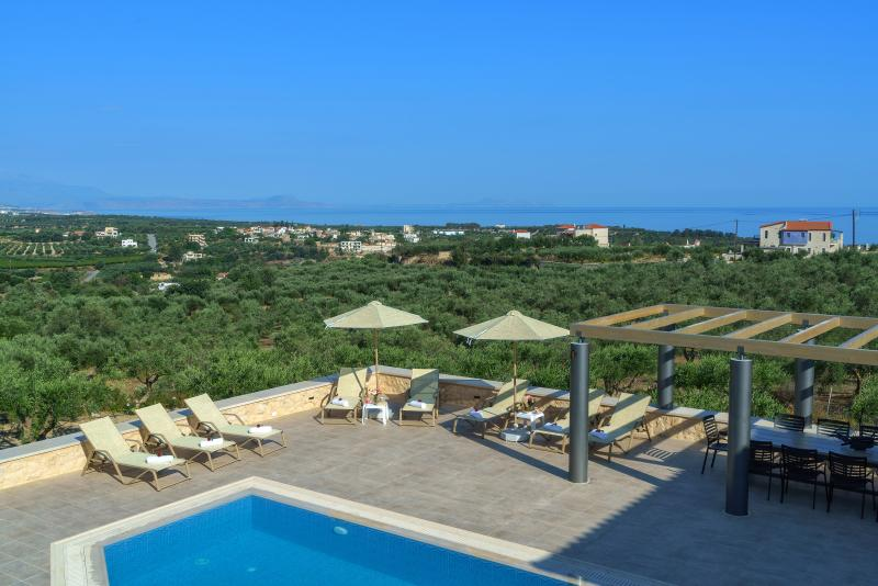 New Luxury Stonebuilt Villa Aria with Private Pool+Childrens Area, 5km to Beach!, holiday rental in Skaleta