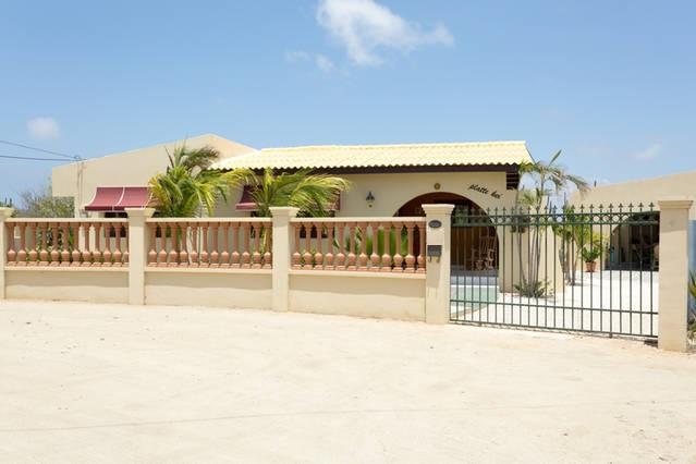 Street view Casa Piedra Plat, fully fenced property