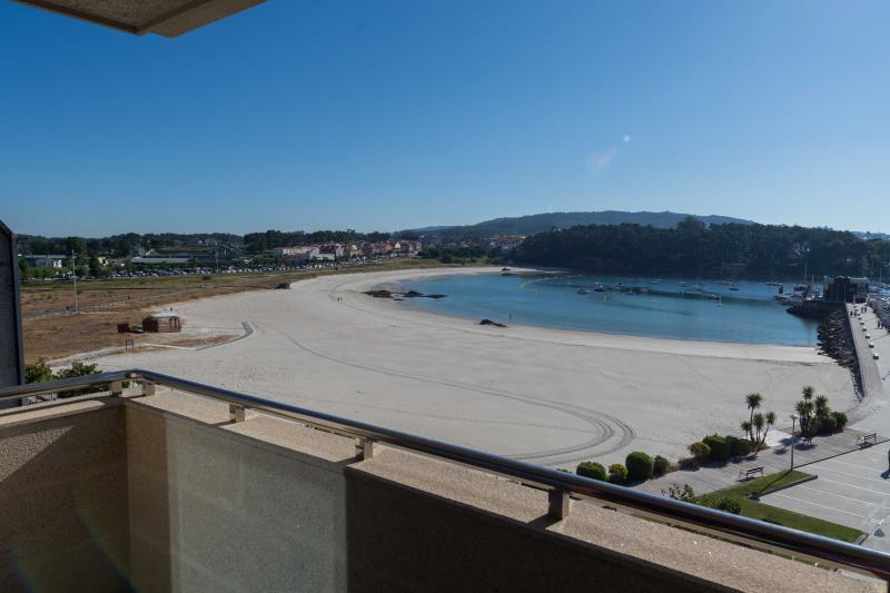 Impresionante piso de lujo a pie de playa, vacation rental in A Lama