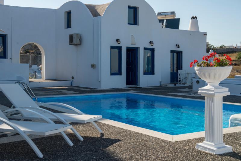 Santorini Traditional Suites THIRAS Suite, holiday rental in Mesaria
