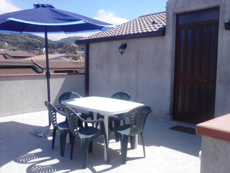 mansarda climatizata con ampio terrazzo,si animali, vacation rental in Rocca di Capri Leone
